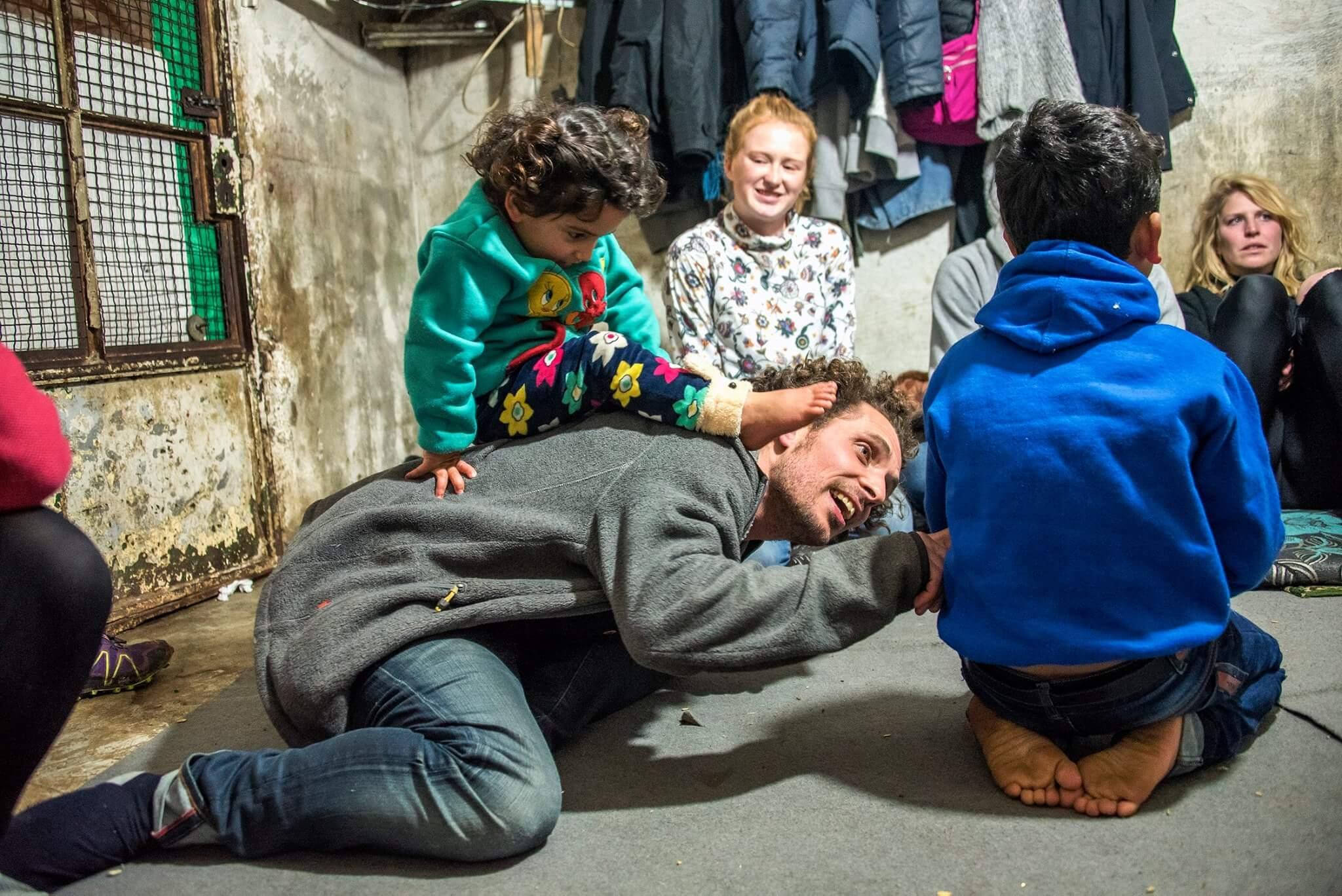 Lucas dols in vluchtelingenkamp